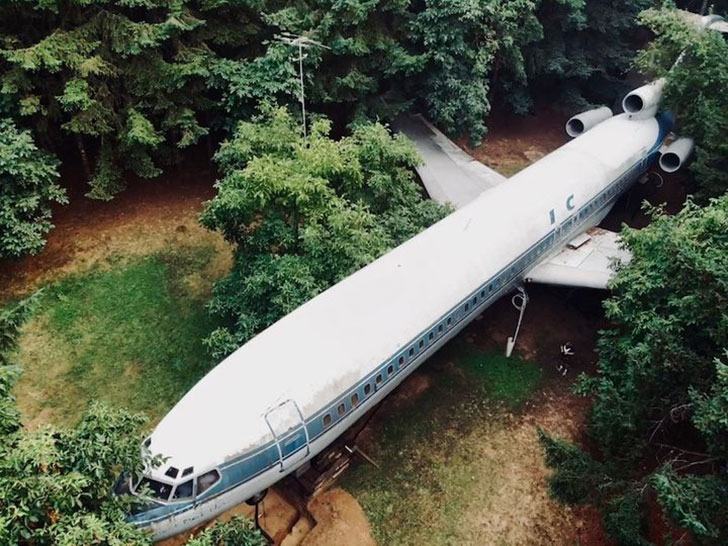man-buys-a-boeing-727-for-100k-and-turns-it-into-his-home-look-inside_1
