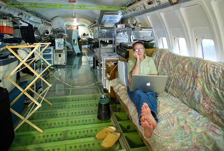 man-buys-a-boeing-727-for-100k-and-turns-it-into-his-home-look-inside_11
