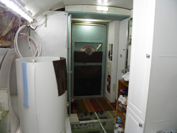 man-buys-a-boeing-727-for-100k-and-turns-it-into-his-home-look-inside_14