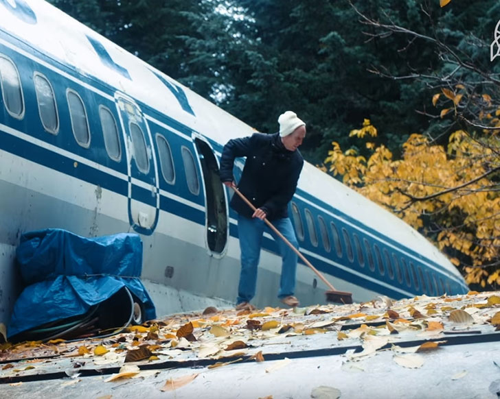 man-buys-a-boeing-727-for-100k-and-turns-it-into-his-home-look-inside_18