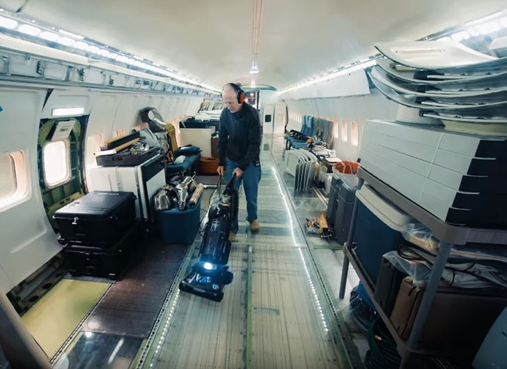 man-buys-a-boeing-727-for-100k-and-turns-it-into-his-home-look-inside_19