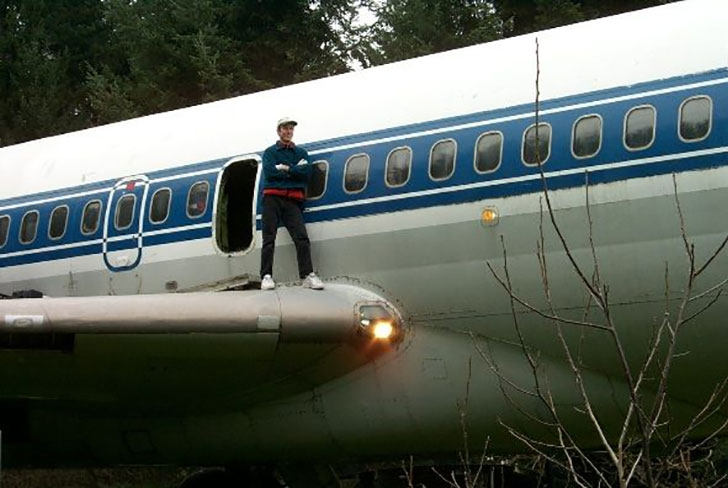 man-buys-a-boeing-727-for-100k-and-turns-it-into-his-home-look-inside_23