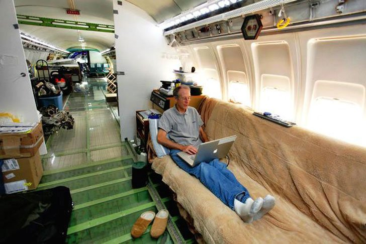 man-buys-a-boeing-727-for-100k-and-turns-it-into-his-home-look-inside_5