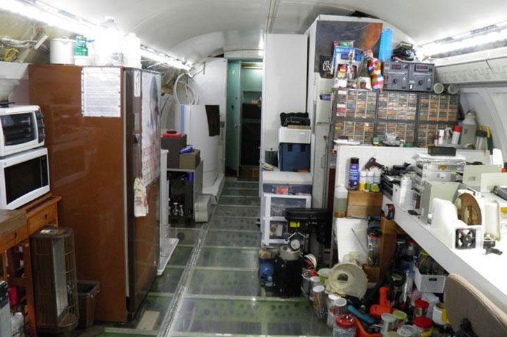 man-buys-a-boeing-727-for-100k-and-turns-it-into-his-home-look-inside_6